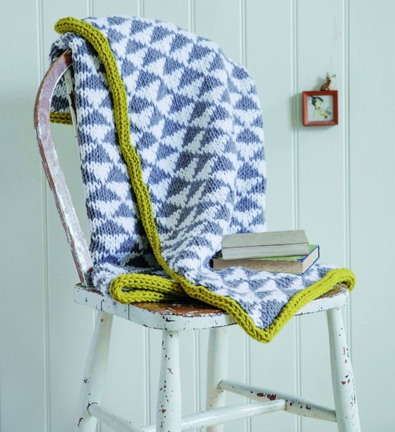 Pin Ups and Link Love: Knitted Triangle Throw Blanket | knittedbliss.com