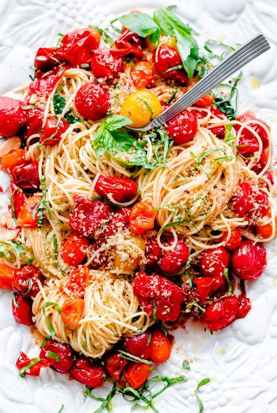 Pin Ups and Link Love: Spaghetti with basil and tomatoes | knittedbliss.com