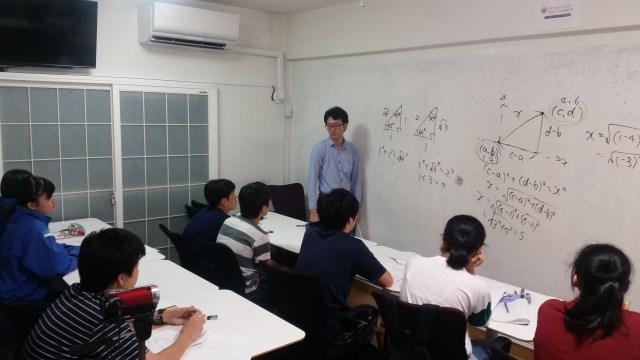 たくさんの塾生でにぎわっています。 みなさん熱心に取り組んでいます。