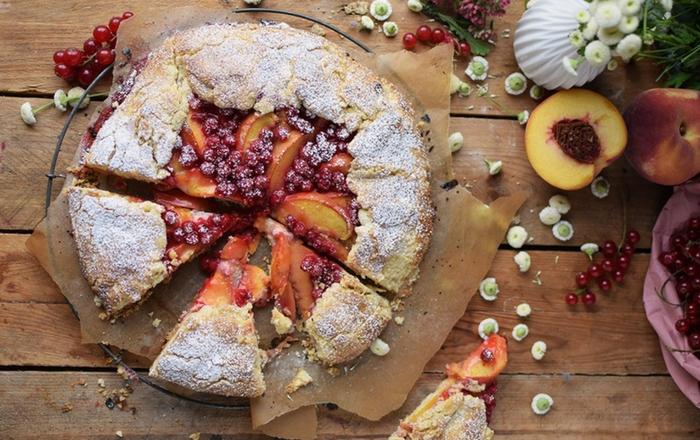 Galette mit Pfirsichen und Johannisbeeren: Sommer pur