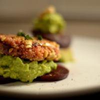 Die Mädchenküche kocht #1 - Erdnuss-Couscous-Patties auf Roter Beete mit Avocadocreme