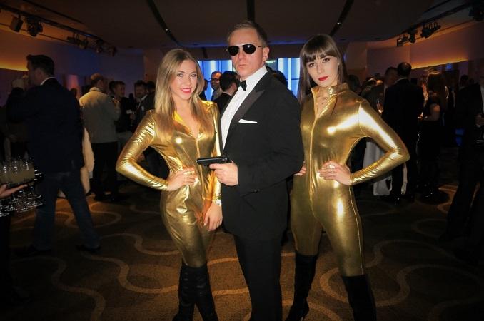 Casino-Royale-James-Bond-Show-Girls-Dancers-1