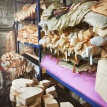 Ein Regal mit fertig zugeschnittenen Stoffstücken