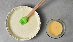 Smarujemy ciasto mieszaniną jajka i mleka