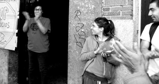 Olga Antonia ja Laura iloitsevat Olgan häädön onnistunutta estämistä. Vallekas, Madrid.