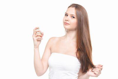 香水をつける女性1