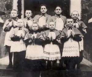 Członkowie nielegalnej organizacji harcerskiej przed kościołem w Ejszyszkach w 1947 r. W centrum — Michał Sienkiewicz  Fot. Marian Paluszkiewicz