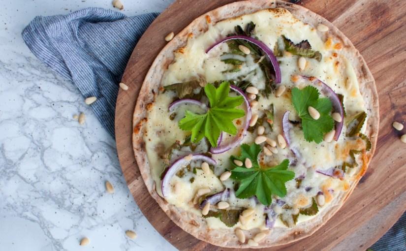 Jukse-pizza  med  marikåpe  og  pinjekjerner