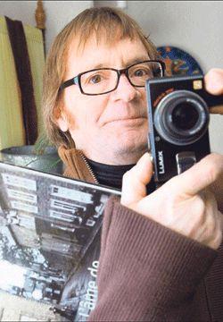 Claudel Huot, caméra en main, album sous le bras.