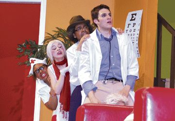 """Des élèves de la troupe de théâtre de l'école secondaire Étienne-Brûlé qui présentait la pièce """"Docteur malgré lui""""  du 20 au 25 avril"""