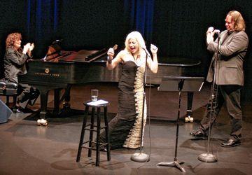 La pianiste Diane Leah, Louise Pitre et Sylvain Landry sur la scène du Centre St. Lawrence jeudi soir.