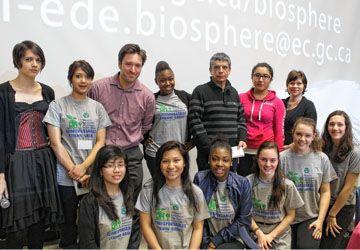 Les ÉcoResponsables de l'école Étienne-Brûlé avec François Pelletier, de la Biosphère de Montréal, et l'enseignant Mounir Ferrag.