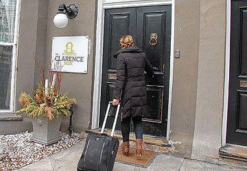 Chaque année, des milliers de jeunes voyageurs ou immigrants débutent leur expérience torontoise en déposant leurs valises dans une auberge de jeunesse.
