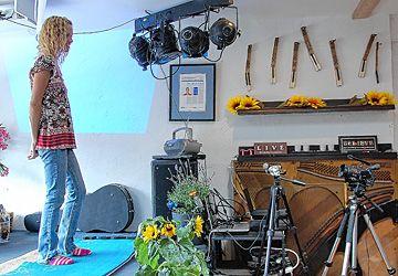 Le marathon de danse de Tammy Mackey, au café Chez Hélène, est diffusé en direct sur YouTube.