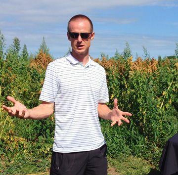 Jamie Draves, pdg de Katan Kitchens, dans un champ de quinoa.