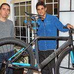 François Simarro (à gauche) et Javier Garcia espèrent vendre aux Canadiens des vélos de route et de montagne en fibre-carbone.