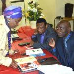 Mwamba Tshibangu (à droite) lors du lancement de son livre.