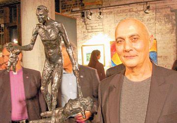 """Philippe Coudari et sa sculpture """"Le génocide"""" à la galerie Arta, dans le cadre des commémorations du centenaire du génocide arménien."""