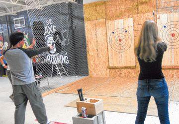 Atteindre une cible avec une hache: ça s'apprend et ça se pratique chez Bad Axe Throwing.