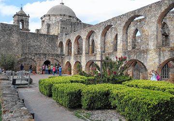 La mission San José est la plus grande et la mieux restaurée des missions espagnoles de San Antonio. Des messes sont encore célébrées dans sa chapelle. Les missions de San Antonio forment l'ensemble colonial espagnol le plus important aux États-Unis.