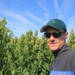 Jamie Draves dans un champ de quinoa.