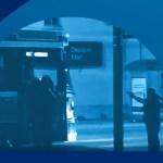 En couverture d'un récent rapport de l'Ombudsman de l'Ontario: des policiers braquant leurs armes sur Sammy Yatim seul dans un streetcar.