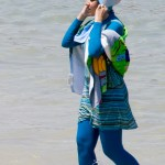 Le burkini (burka/bikini), qui ressemble à une tenue de plongée, vient en plusieurs modèles et couleurs. (Photo: Giorgio Montersino de Milan, Italie [CC BY-SA 2.0 (http://creativecommons.org/licenses/by-sa/2.0)], via Wikimedia Commons)