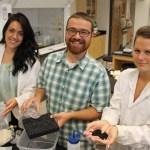 Brooke Marion, Chris Murray et Kayla Snyder perfectionnent un nouveau matériau à l'Université Lakehead.