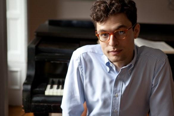 Le compositeur et pianiste Timo Andres recevra le Glenn Gould Protégé Prize des mains de Philip Glass (Photo : Michael Wilson)
