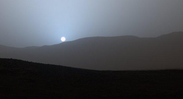 Coucher de soleil vu du cratère Gale sur Mars par la sonde Curiosity (Photo: NASA)