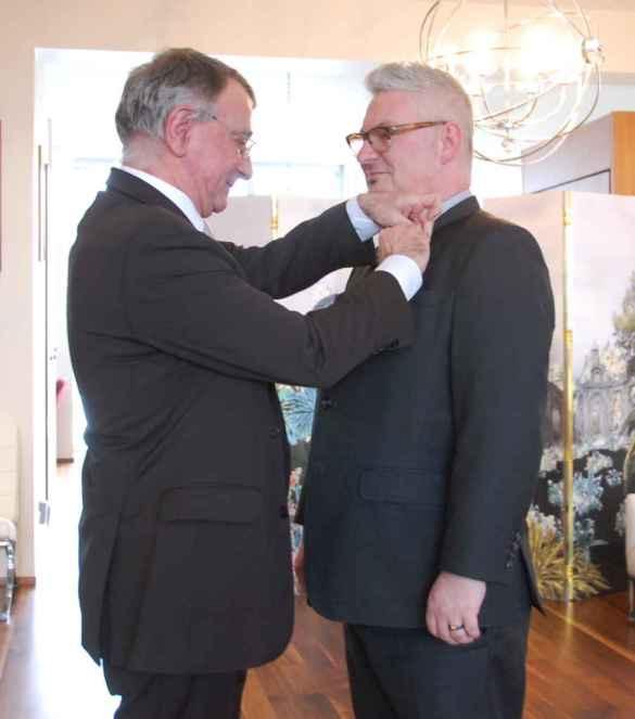 L'ambassadeur Nicolas Chapuis décore Marc Cormier de l'Ordre du Mérite.