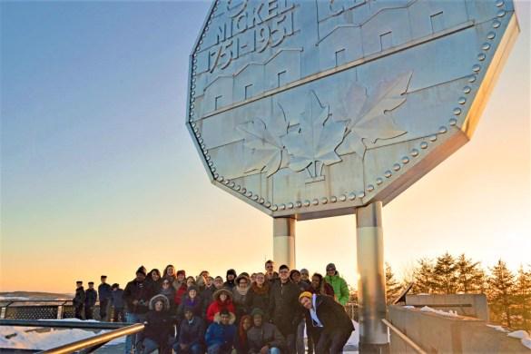 Les délégué.e.s du RÉFO au pied du symbole de Sudbury, capitale du nickel. (Photo: REFO)