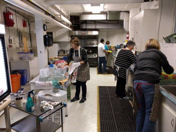 Travail de bénévoles dans la cuisine.