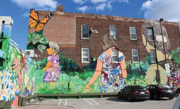 Magnifique murale collective autour du terrain de stationnement à 157 rue Beatrice, visible au dessus du Fish Store & Sandwiches (657 rue College).