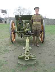 Un soldat en uniforme de la Première Guerre mondiale.