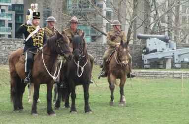 Des cavaliers pendant que l'hymne nationale du Canada retentissait.