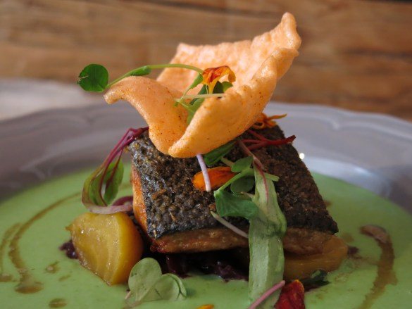 Saumon semblant flotter dans une sauce d'inspiration asiatique chez L'Aubergiste.