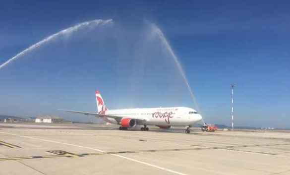 Le premier avion d'Air Canada Rouge a reçu le «salut de l'eau» traditionnel à l'aéroport de Marseille.