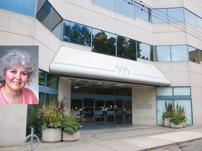 Francine Dutrisac et le 555 ouest rue Richmond, près de Bathurst. Le Centre francophone occupe tout le 3e étage.