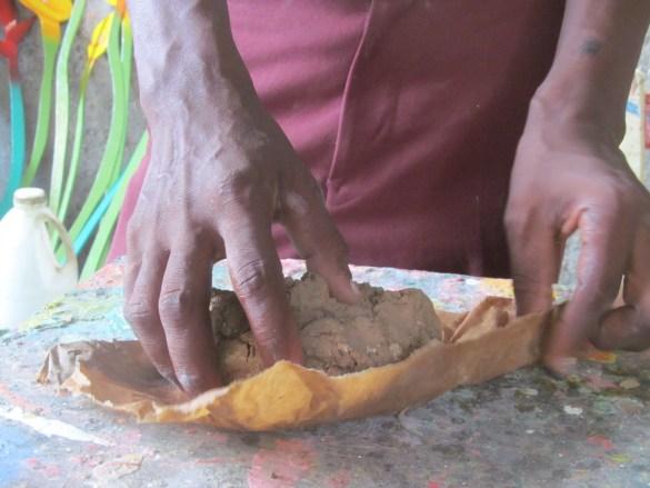 Penser avec la main: atelier de fabrication de masques en papier mâché à Jacmel.