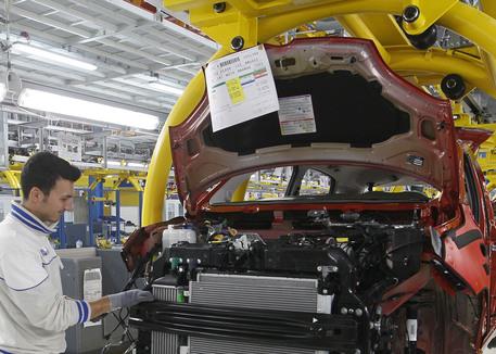 Operai Fiat lavorano alla catena di montaggio della Panda nello stabilimento di Pomigliano D'Arco in una foto d'archivio. ANSA/STRINGER