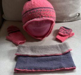 Ensemble bonnet , snood  et moufles taille 4 ans tricoté avec la laine Caline de Bergère de France