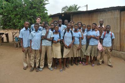 Baptiste lors de son stage avec des écoliers de Kouma Konda