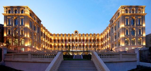 Laurent-Delporte-InterContinental-Marseille-Hotel-Dieu-Le-batiment-depuis-lentree