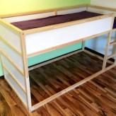 Ausgangspunkt: Ein aufgebautes Kura-Hochbett von Ikea, das ohne weitere Bearbeitung recht schlicht aussieht.