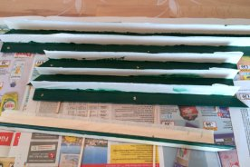 After sawing the profiles on a mitre, I painted them grey on the frontside and green on the backside.
