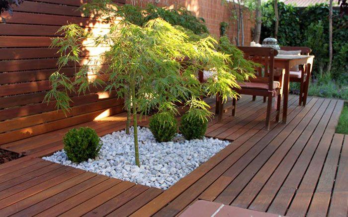 Jard n de dise o con ampliaci n de porche la habitaci n for Jardines con madera y piedra