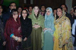 Lahore Jan 30,PML(N) central leader Maryam Nawaz sharif  posing for a group photo with participant of international session with Youth coordinator of Nawaz Tigers.