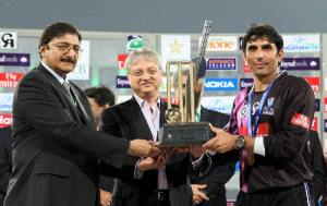 Chairman PCB Ch. Zaka Ashraf and Faysal Bank President Naveed A Khan giving away the winning trophy of Faysal Bank T20 Super 8 to Faisalabad Wolves Captain Misbah ul Haq