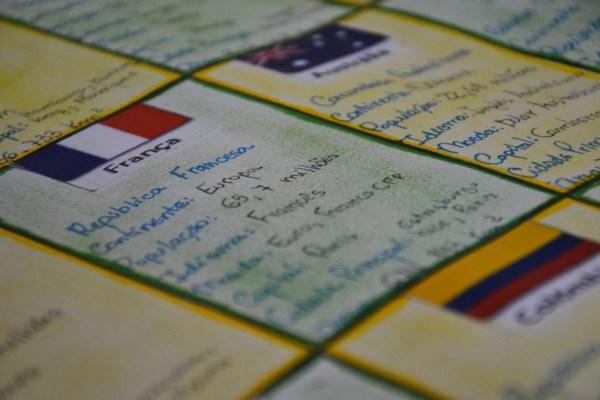 Em uma cartolina, cada aluno desenhou as 32 bandeiras com informações sobre os países que virão para o Brasil disputar o Mundial de futebol (Foto: Laila Braghero/O Semanário)